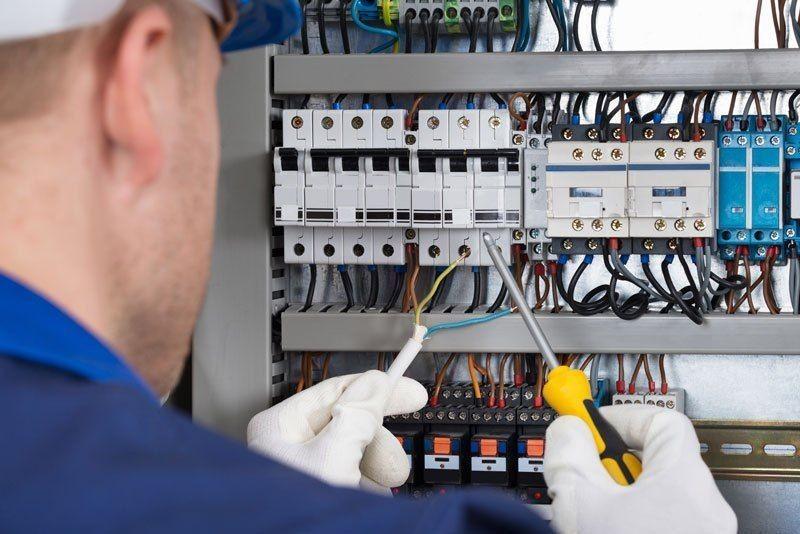 Montagem de quadro de comandos eletricos